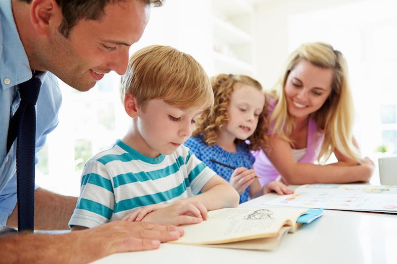 γονεις και παιδια διαβαζουν μαζι