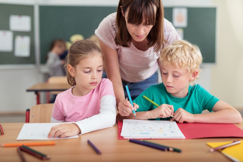 δασκάλα διαβάζει μαζί με μαθητές
