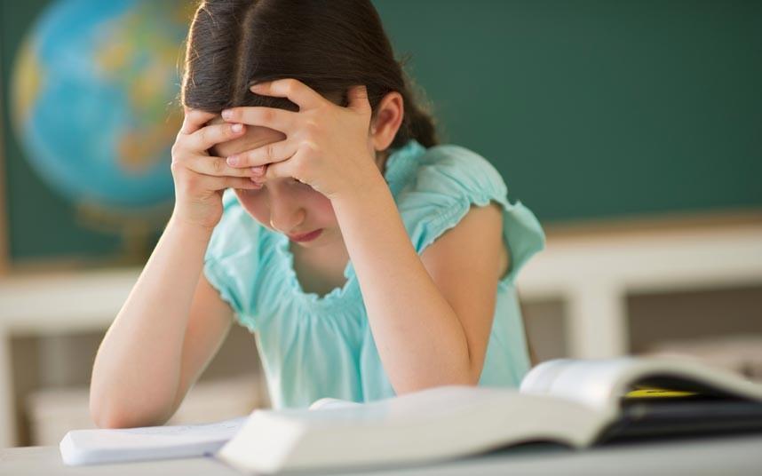 κορίτσι με δυσλεξία δυσκολεύται να διαβάσει
