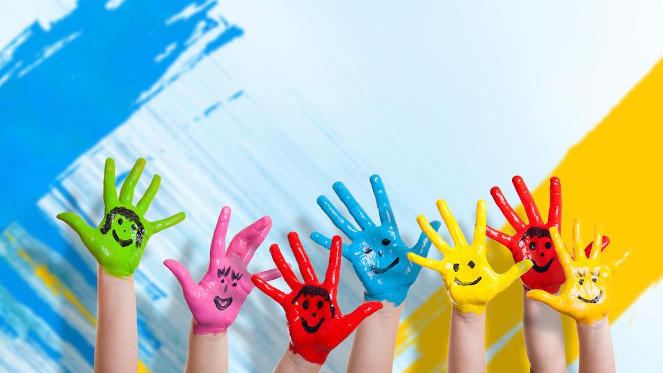χερια παιδιων με μπογιες μπροστα απο βαμμενο τοιχο