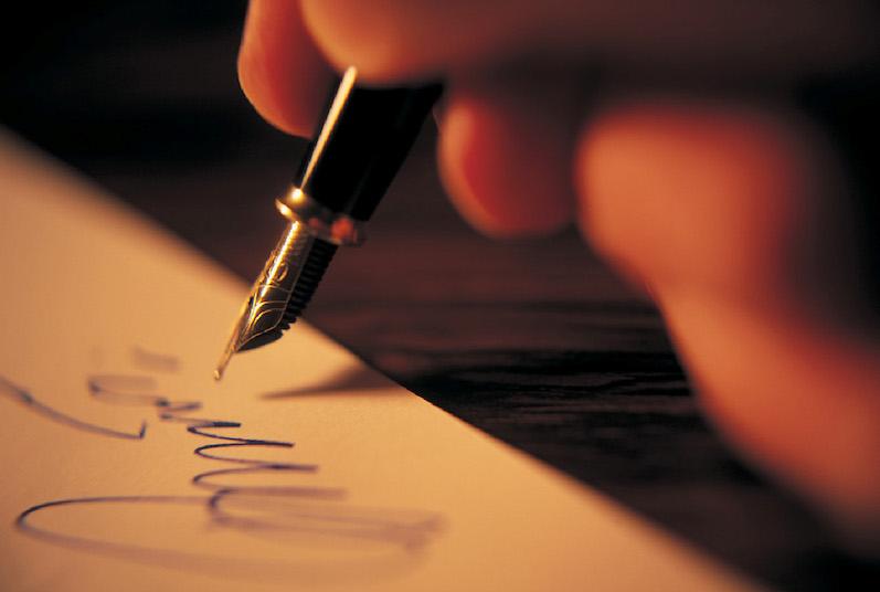 πενα γραφει πανω σε χαρτι